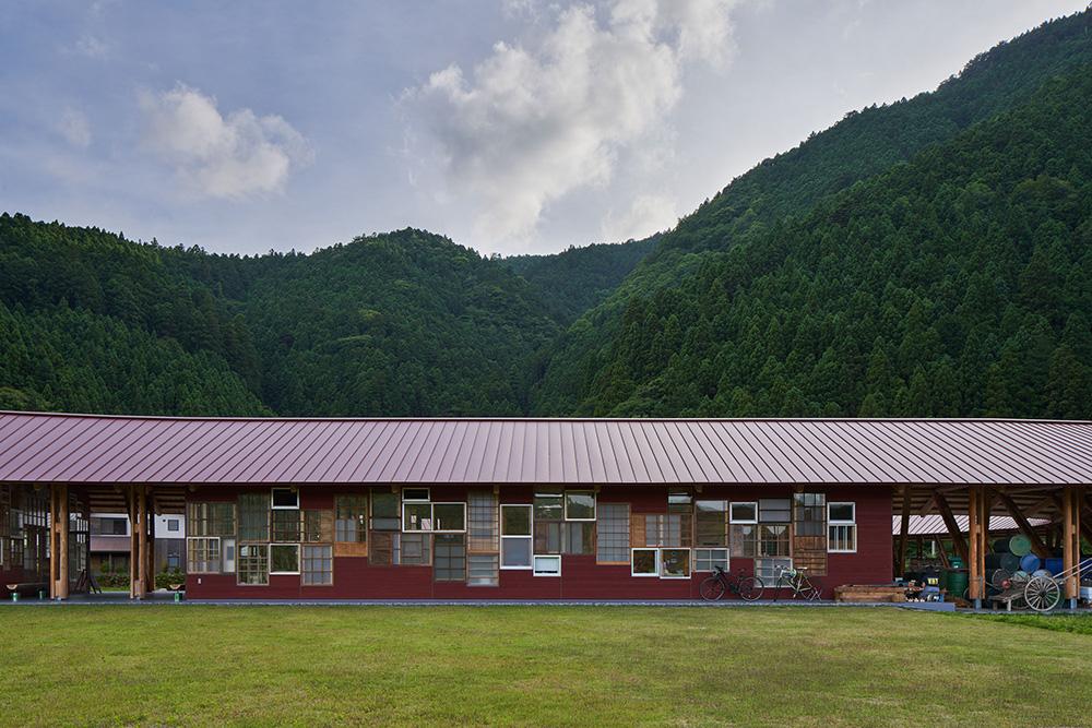 人口1500人を割る町で集まった約700枚の建具で構成されたパッチ―ワーク窓。 photo
