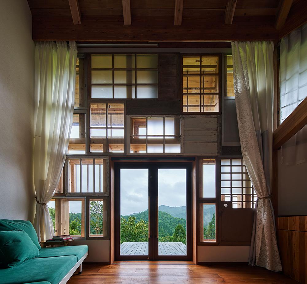 ホテル客室。開口部、カーテンやベッド等、廃材を利用し設えている。 photo