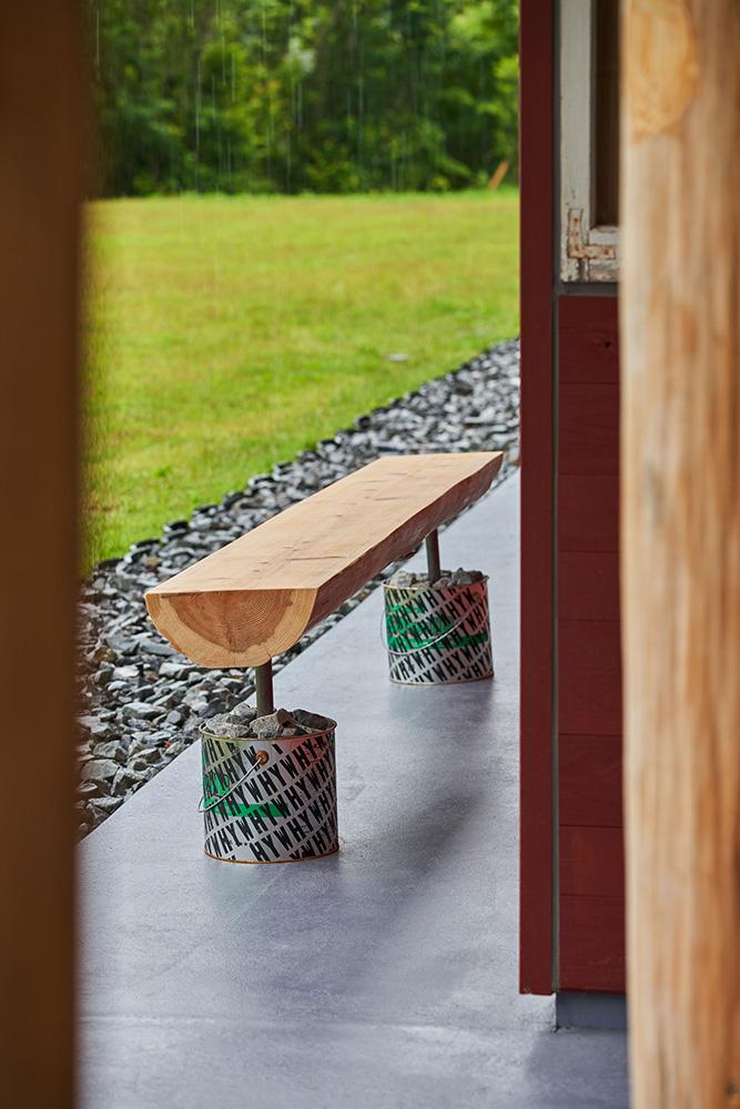 工事中に出た一塗料缶をベンチにリユースしている。 photo