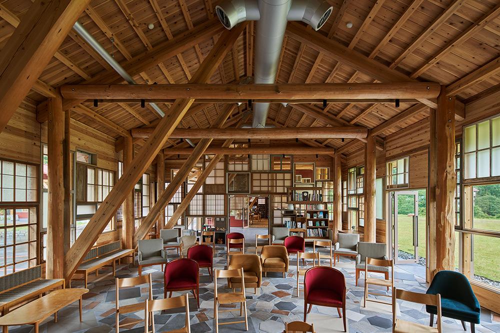 コミュニティホールは町民のためのラウンジや、企業研修の為のホールなどに使用される。放射状に貼られた色も形も異なるタイルは、様々な椅子が安定して乗るよう配置。 photo
