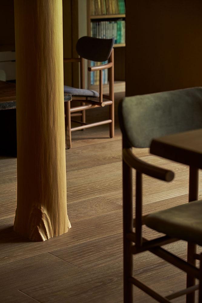 大地に直立する根付き北山杉丸太の大黒柱。 photo