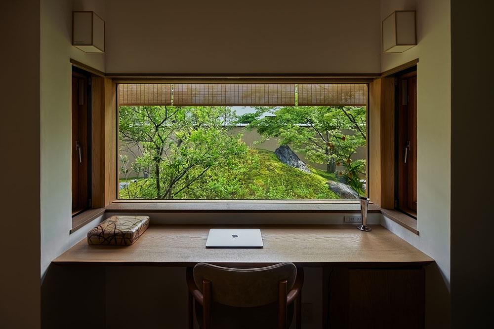 中庭に面して廊下に設えた書斎。 photo