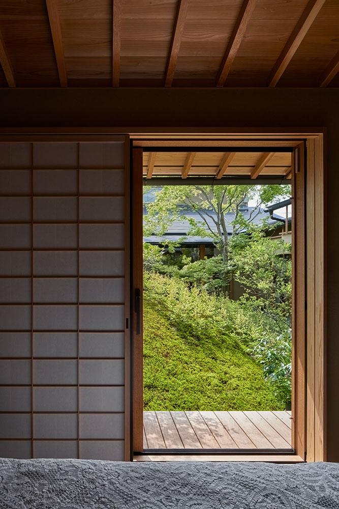 築山は中庭に面した各室へ光を拡散させる。 photo